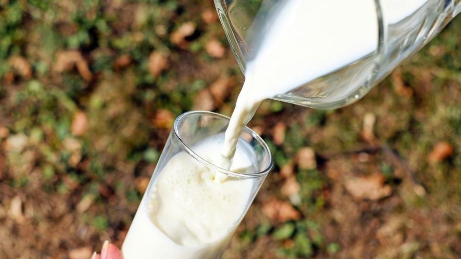 milk glass-1587258_1280